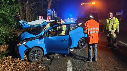 Auto gaat rechtdoor op kruispunt: bestuurster zwaargewond