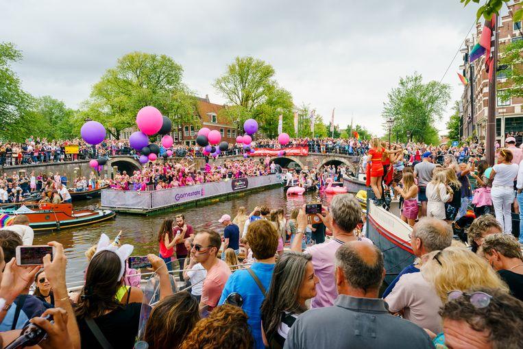 De Canal Parade door de Amsterdamse grachten als afsluiting van de Gay Pride van Amsterdam. Pride is een wereldwijde viering van en voor de lhbti-gemeenschap. Beeld ANP