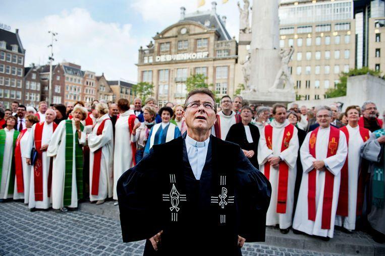 Op de landelijke predikantendag komen honderden dominees en kerkelijke werkers van de Protestantse kerk bijeen in de Nieuwe Kerk. De dag wordt afgesloten met een groepsfoto op de Dam in Amsterdam. Beeld null