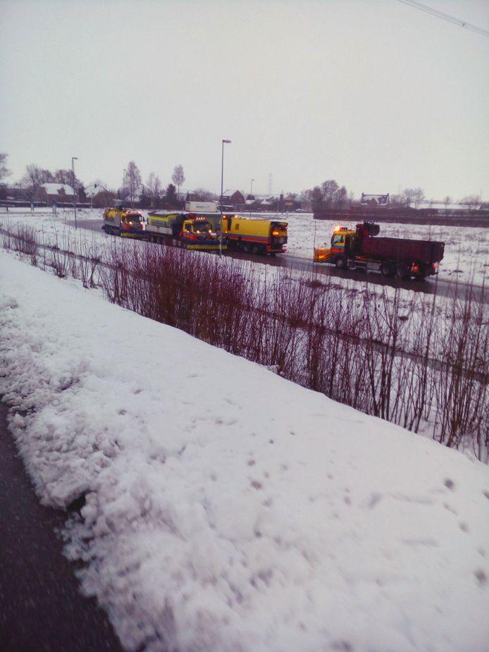 Rijkswaterstaat strooit op het wegdek Andelst - Zetten.