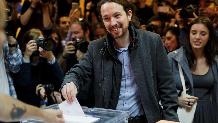 De leider van de partij Podemos, Pablo Iglesias, brengt zijn stem uit in Madrid. Beeld getty