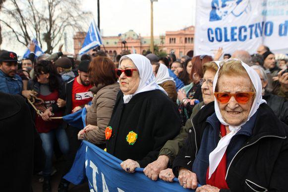 Dwaze Moeders tijdens een van de wekelijkse protestrondes op het plein.