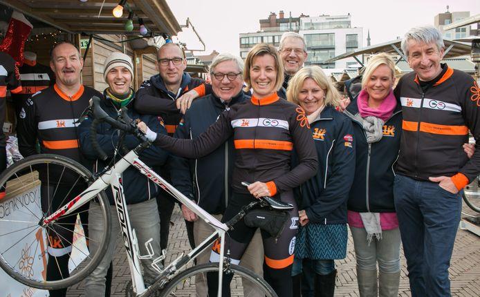 Wim Maes (rechts op de foto) zette zich met zijn wielervrienden van 1K Cycling Support jarenlang in voor 'Kom op tegen Kanker'. Die ziekte is hem nu zelf fataal geworden.