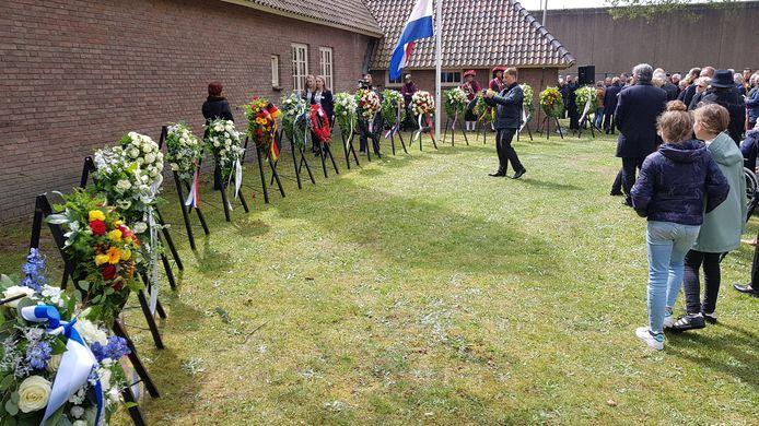 Er werden kransen gelegd naast het crematorium van NM Kamp Vught
