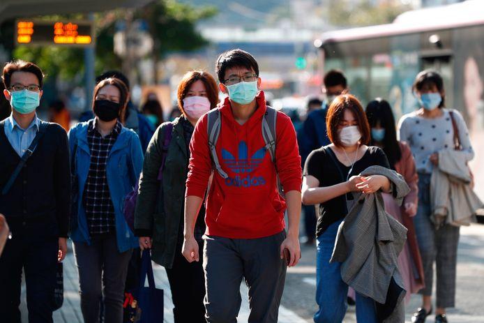 Selon une circulaire diffusée par la mairie de Wuhan, les non-résidents peuvent quitter la ville s'ils ne présentent pas de symptôme de la maladie et n'ont jamais été en contact avec des porteurs du virus.