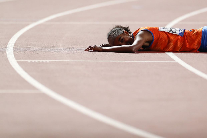 Sifan Hassan neergezegen na het winnen van de 1500 meter op de wereldkampioenschappen atletiek in Doha, vorige week.