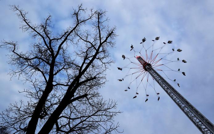Je moet geen hoogtevrees hebben: Op het kermisterrein van St. Matthew, een traditioneel amusementspark in de Tsjechische hoofdstad Praag, kun je met de draaicarrousel flink de hoogte in. Foto David W. Cerny