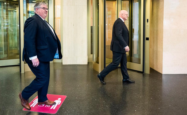Hubert Bruls (l), voorzitter van het Veiligheidsberaad, en minister Ferd Grapperhaus (Justitie) op weg naar de persconferentie waarop ze de onrust de kop proberen in te drukken. Beeld Freek van den Bergh / de Volkskrant