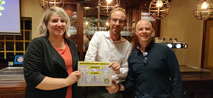 Lily Oules, Bart Enserink en Marco Pierik met de cheque voor het kinderdagkamp.