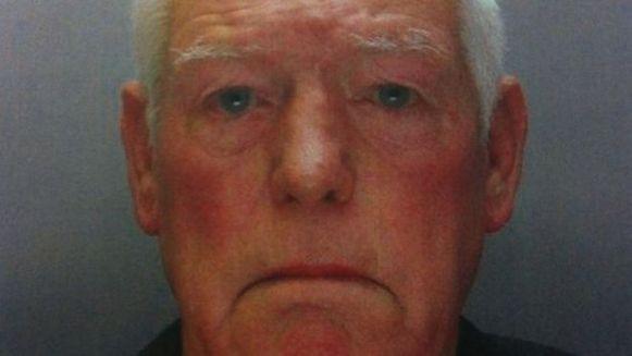 Carl Jones had drie paspoorten: van een bijna-naamgenoot, van zijn overleden broer en van een studievriend. Hij streek voor 285.000 euro onrechtmatige woontoelagen en pensioengelden op.