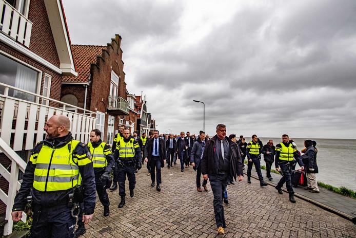 De PVV-leider op de Zeedijk in Volendam.