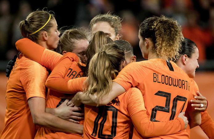 De Leeuwinnen vieren feest na een van de drie goals tegen Zwitserland.