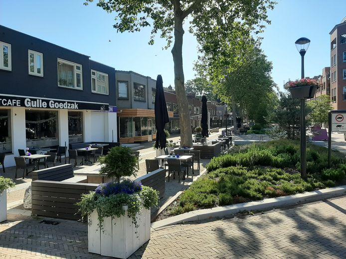 De Grotestraat in Nijverdal: ook bloembakken en verbodsborden werken nog niet tegen verkeersoverlast.