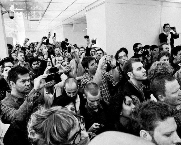 Drukte bij de opening van fototentoonstelling Moby Beeld