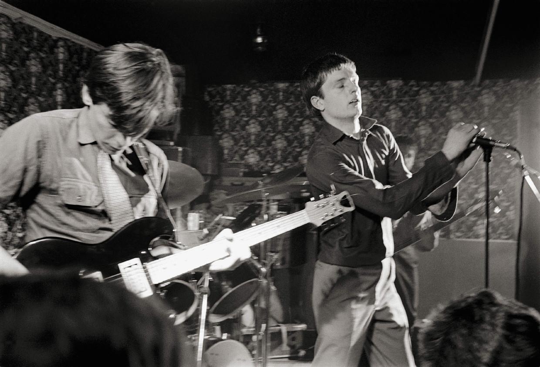 Joy Division, met Bernard Sumner en Ian Curtis, in maart 1979. Een jaar later maakte Curtis een eind aan zijn leven.   Beeld Martin O'Neill/Redferns/Getty Images