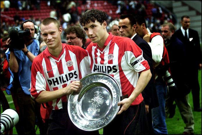 Mark van Bommel (r) en Kevin Hofland als ploeggenoten van PSV,  met de net veroverde Johan Cruijff Schaal in 2001.
