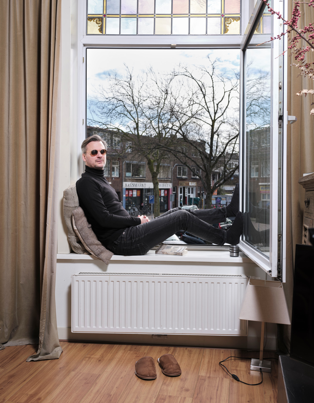 Thomas Erdbrink in zijn huis in Leiden. Hij zit vrijwillig in quarantaine, omdat Iran zwaar is getroffen door corona. Beeld Erik Smits