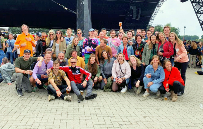 Op Lowlands werd zaterdag traditiegetrouw de groepsfoto gemaakt van Prinsenbeekse, maar inmiddels ook andere festivalgangers.