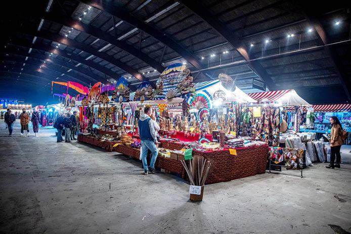De Pasar Malam in de IJsselhallen kon dit weekeinde weer doorgaan, breed opgezet met ruim zes meter brede gangpaden tussen de kramen.