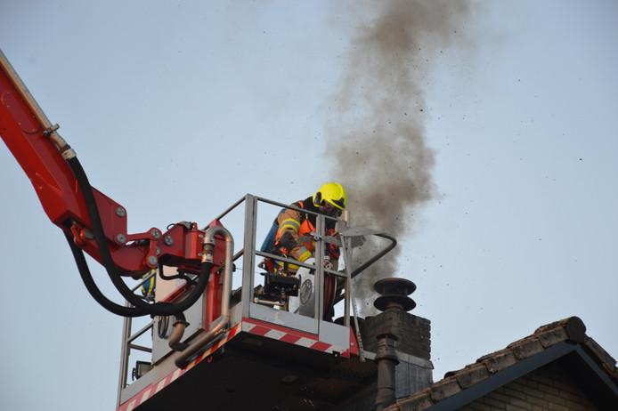 De brandweer in actie bij de schoorsteenbrand in Malden.