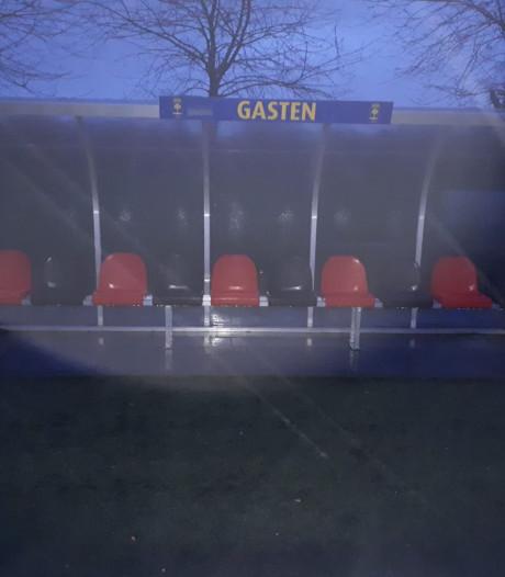 De derby leeft: Supporters Rood-Zwart schilderen stoeltjes  dug-out Delden