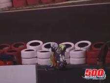Karter van Team Massa gaat op de vuist en probeert tegenstander te wurgen