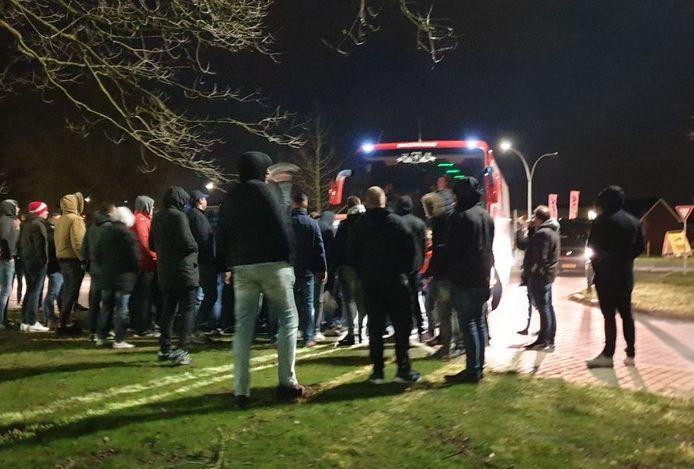 FC Twente-supporters wachten de spelersbus op