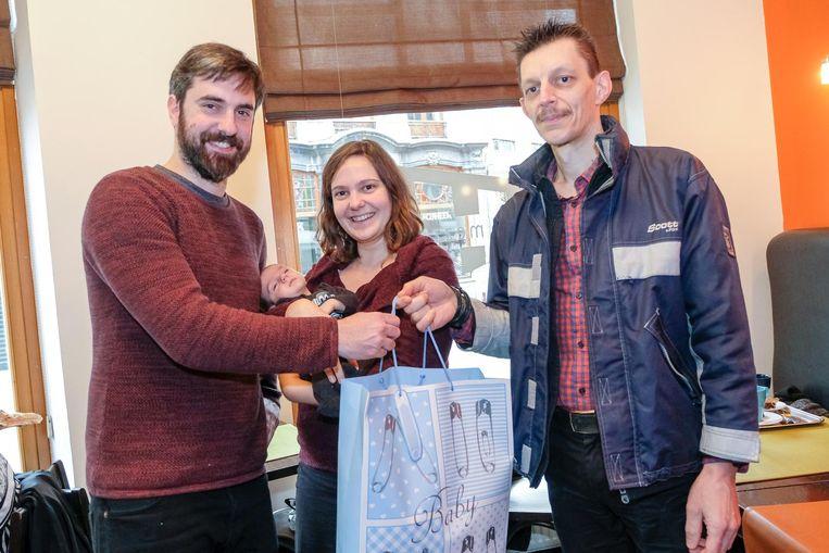 Kenneth Bauters (31) en zijn vriendin Jelke (26) zijn dolgelukkig dat Marc Van Olmen (46) de cadeautjes van de kleine Leo (6 weken) teruggevonden heeft in het centrum van Leuven.