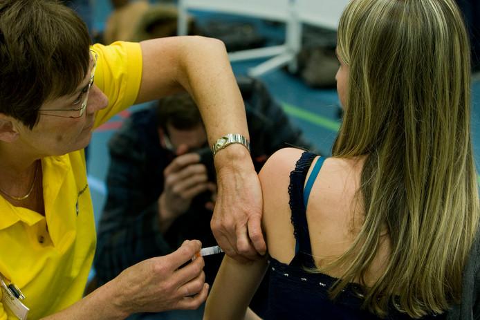 Een meisje wordt ingeënt tegen baarmoederhalskanker.