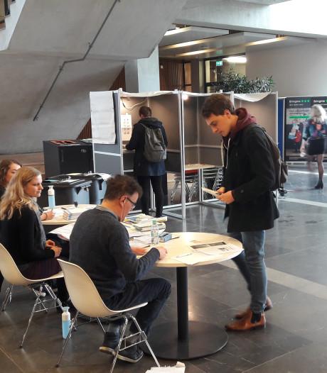 Twee stembureaus op nog geen 50 meter afstand: zo gaat de Wageningse universiteit een gekkenhuis tegen