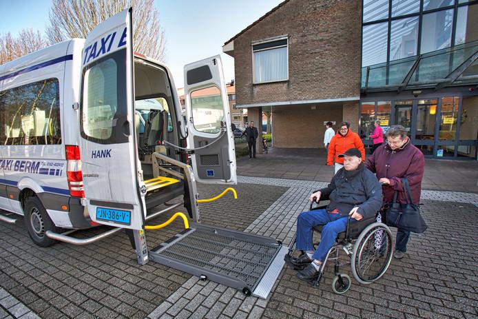 Een aantal bewoners van zorgcentrum De Wijngaerd in Made heeft een tijdje in zorgcentrum Buurstede in Oosterhout gewoond. Vandaag en morgen gaan de bewoners terug naar hun nieuwe kamers. hier vertrekt het echtpaar Pullens bij Buurstede in Oosterhout.