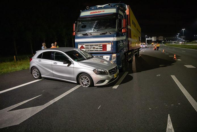 De personenauto raakte bij de botsing zwaar beschadigd