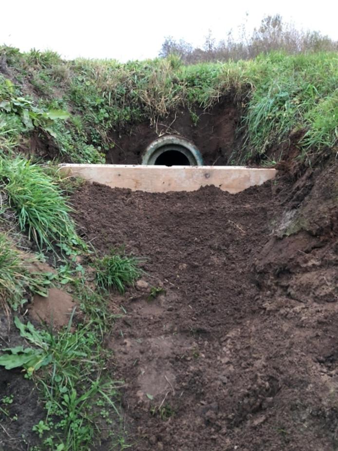 Een plank voor een duiker als eenvoudige maatregel voor boeren om water vast te houden.