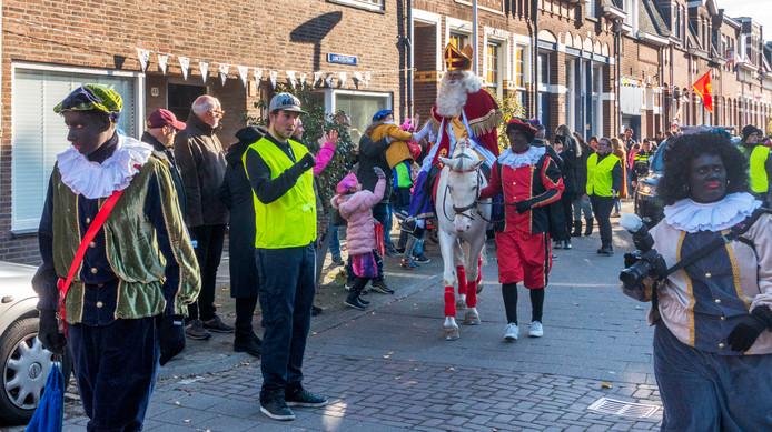 Sinterklaas trok vorig jaar nog met 'donkerbruine' Pieten door de stad, dit jaar lopen er voor het eerst schoorsteenpieten mee.
