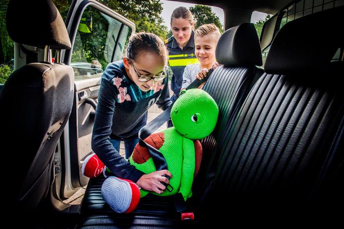 Edward krijgt een mooi plekje in de politieauto.