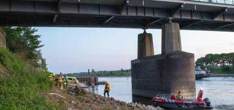 Brandweerboot moet dronken man onder brug vandaan halen voor controle in ziekenhuis