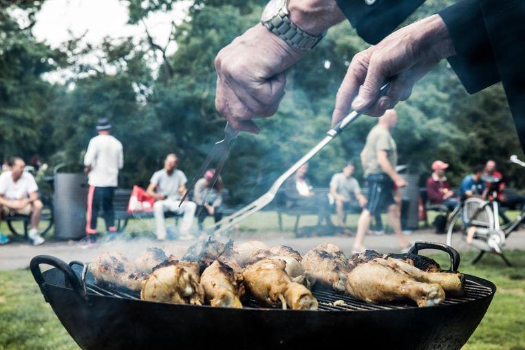 Mannen willen ook nog wel eens graag achter de barbecue staan.  Beeld Marlena Waldthausen
