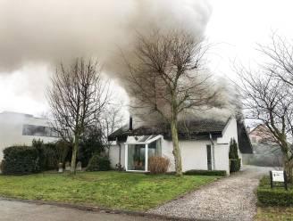 Alerte buur merkt brand op tijdens dutje van bewoner: woning onbewoonbaar maar bewoner ongedeerd