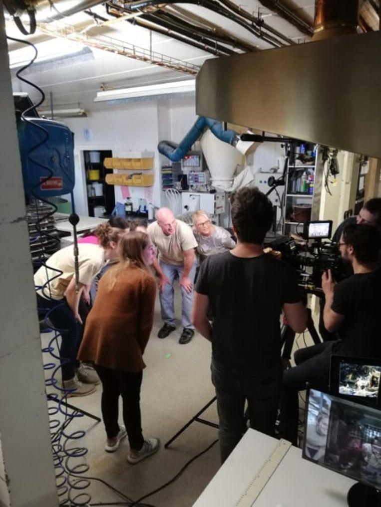 Bakker Jan en zijn team bij de opnames van 'Iedereen Beroemd' in de bakkerij.