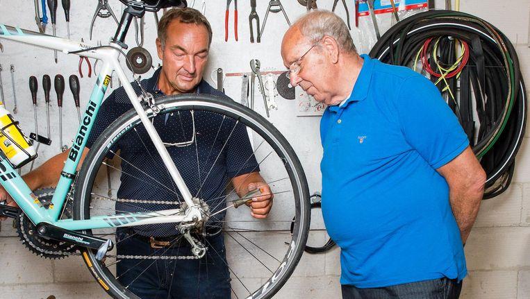 Vader Gerrie Groenewegen en opa Ko Zieleman eerder in hun fietsenwinkel in de IJsselbuurt Beeld Mats van Soolingen