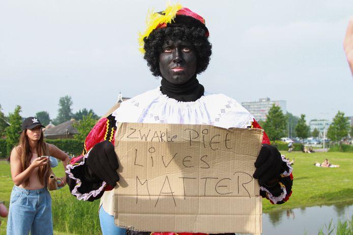 Een voorstander van Zwarte Piet protesteert bij een demonstratie tegen racisme in Leeuwarden deze week.