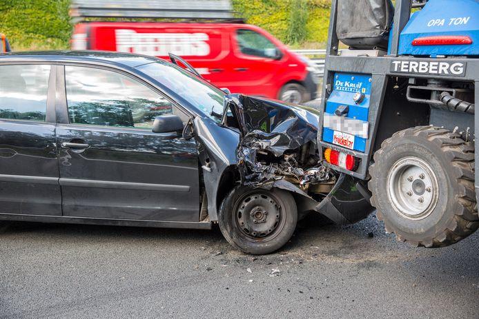 Een automobilist reed achterop de vrachtwagen in Roosendaal en vluchtte.