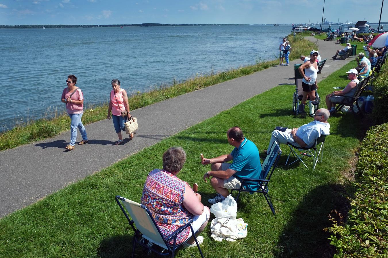 Dagjesmensen zoeken verkoeling aan het water van het Hollands Diep in Willemstad.  Dit water is ook het domein van de oudere leden van de scouting Willemstad.