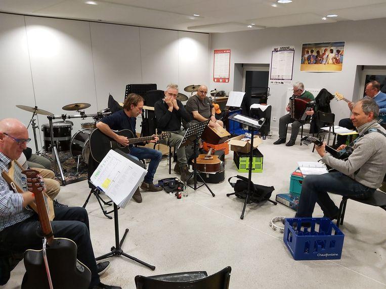De Totale Waanzin in volle repetitie voor hun Café Chantant
