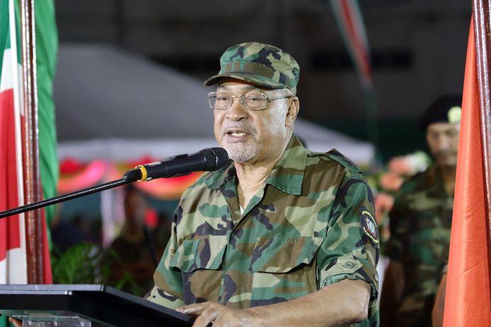 Desi Bouterse spreekt partijgenoten in februari toe tijdens de herdenking van zijn militaire coup.