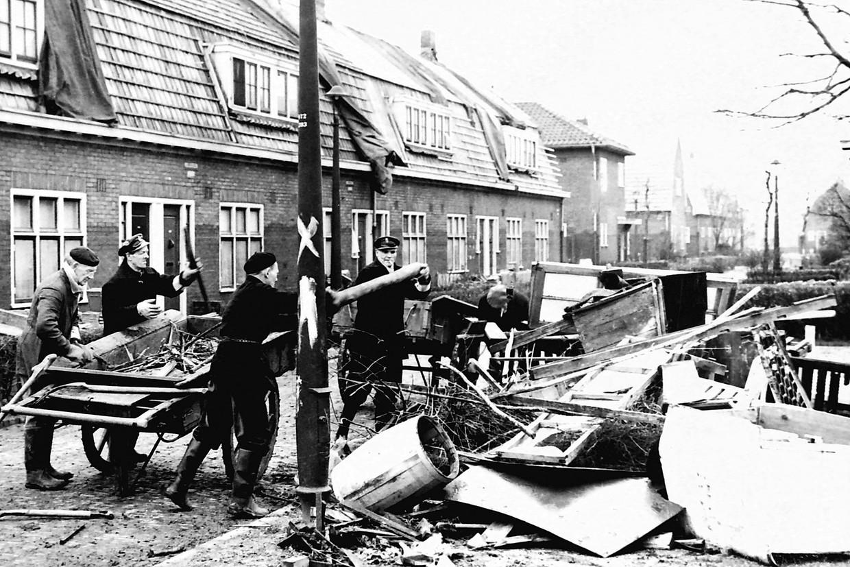 Opruimen na de vloedgolf in Amsterdam Tuindorp-Oostzaan.