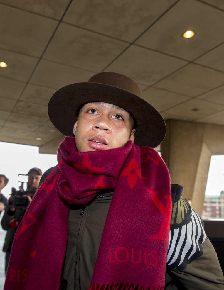 Memphis Depay, met modieuze hoed en sjaal, komt aan bij hotel Huis ter Duin voor een wedstrijd van het Nederlands elftal. Beeld ANP