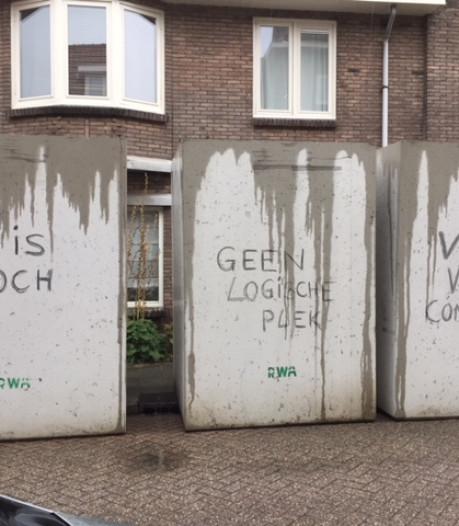 Protestleuzen op gereedstaande vuilcontainers in Tuinwijk