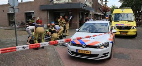 Vrouw maakt harde val met fiets in Deurne: brandweer moet delen van het stuur uit haar arm verwijderen