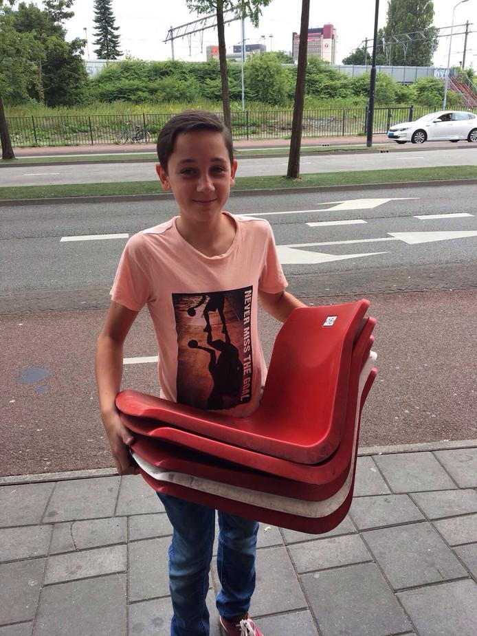 Gijs Strepels is zichtbaar tevreden met zijn stoeltjes